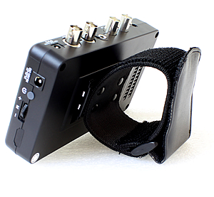 AHD/TVI 監視カメラ工事用モニター(AP-K043A)リストバンド装着イメージ